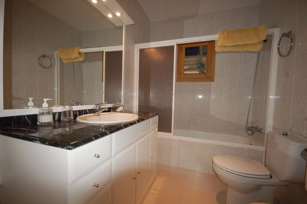 Holiday Apartment Sa Punta bathroom en  suite 1029